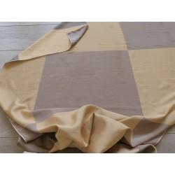 Tessuto misto seta con motivo a scacchi color fango e oro tenue